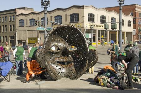 Portland, OR, USA - 7. März 2015: Mit Blick auf die Menschenmenge ist eine Serie von zwei Outdoor-Skulpturen des amerikanischen Künstlers Michael Stutz, außerhalb Providence Park Standard-Bild - 43922583