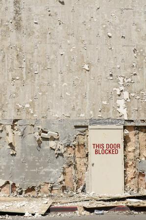 Blockierte Ausgangstür auf ein Gebäude umgebaut, sondern sieht aus wie eine Explosion oder Kriegsgebiet Standard-Bild - 44196211