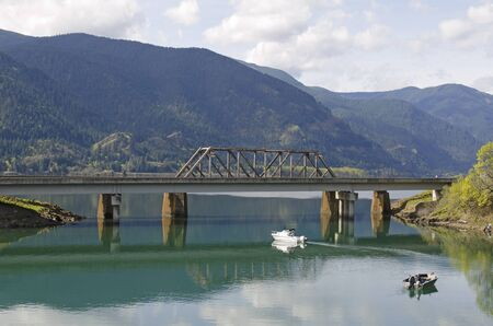 Boats fishing in Drano Lake along the Columbia River in the scenic gorge area on the Washington side. Standard-Bild