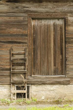 Ladder to a old loading dock on a orchard farm barn in Oregon Standard-Bild