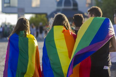 Gruppe von Menschen mit Regenbogenfahne an einem LGBT-Stolz