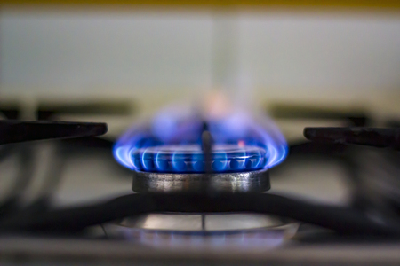 Gas brennt von einem Küchengasherd Standard-Bild