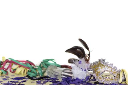Karnevalsparty-Konzept. Maske, Konfetti und Serpentinen. Weißer Hintergrund mit Textfreiraum