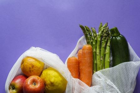 Vista dall'alto di frutta e verdura su sacchetti riutilizzabili con copia spazio Archivio Fotografico