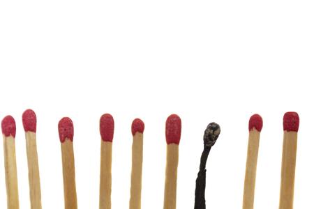 Verbranntes Streichholz neben neuen Streichhölzern. Burnout-Konzept Standard-Bild