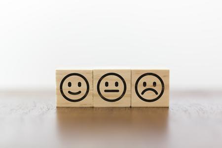 Cara sonriente, cara neutra y cara triste. Calificación de servicio y concepto de satisfacción del cliente. Foto de archivo