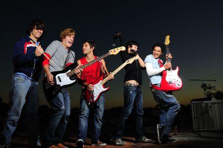 instrumentos musicales: Grupo de los moda adolescentes con instrumentos musicales Foto de archivo