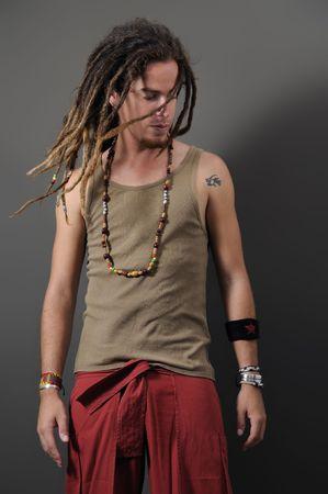 dreadlocks: Retrato de j�venes de sexo masculino con funky largo dreadlocks