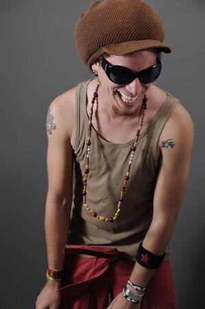 sexy tattoo: Retrato de funky hip sunglesses tipo con sonrisa y loco Foto de archivo