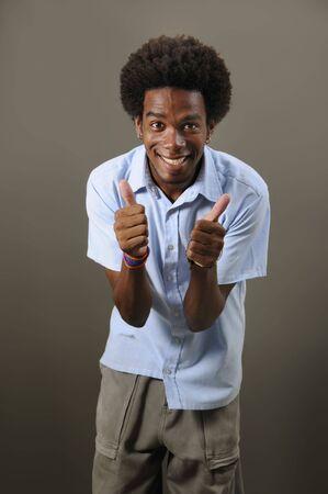 엄지 손가락으로 젊은 긍정적 인 아프리카 남성의 초상화