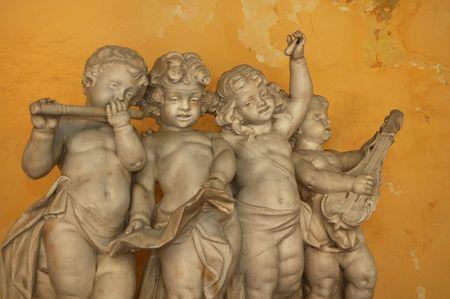 楽器: 黄色の壁 - 古いハバナの楽器の演奏 4 の小さな天使の像