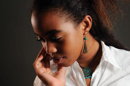 젊은 유행 흑인 미국 여자 생각의 초상화