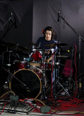 drums: Retrato de hombre joven tocando los tambores Foto de archivo