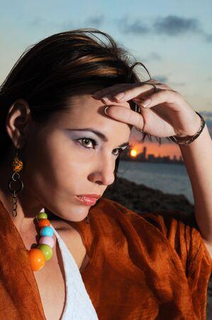 Retrato de joven de moda a una mujer mirando el horizonte Foto de archivo - 3755238
