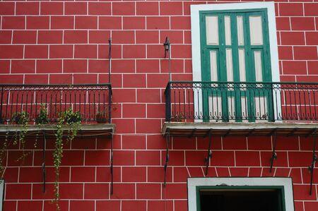 Detalle de La Habana Vieja típica fachada con balcón y ladrillos rojos Foto de archivo - 3757670