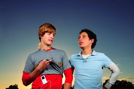 dos personas hablando: Retrato de dos amigos adolescente de moda hablar