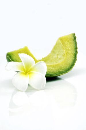 A slice of avocado isolated with tropical flower 版權商用圖片
