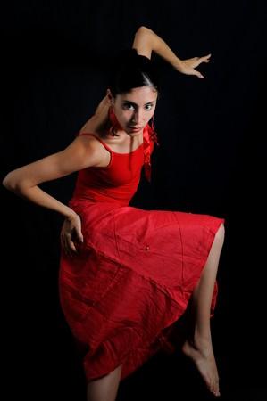 Portret van Hispanic flamenco danser vrouw geïsoleerd op zwart