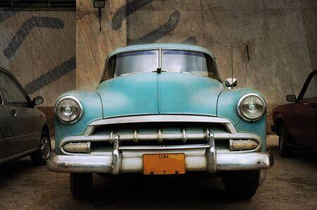 Vooraanzicht van vintage klassieke Amerikaanse auto over grunge achtergrond