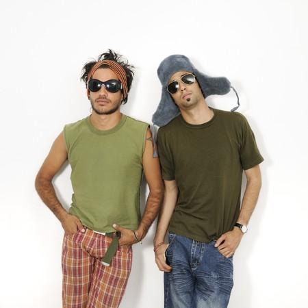estilo urbano: Retrato de dos hombres de moda joven de pie con actitud - aisladas
