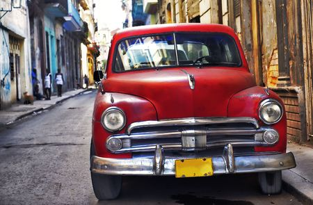 Klassieke vintage Amerikaanse auto geparkeerd in de straat van Oud Havana