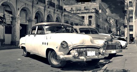 Panoramisch uitzicht van shabby oud havana straat met klassieke Amerikaanse oldtimers