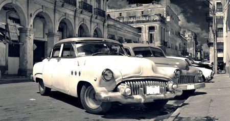 coche antiguo: Vista panor�mica de la destartalada calle de La Habana vieja con vintage coches cl�sicos americanos