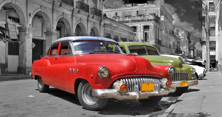 Panoramic view of colorful vintage classic cars parked in street of old Havana, cuba Standard-Bild