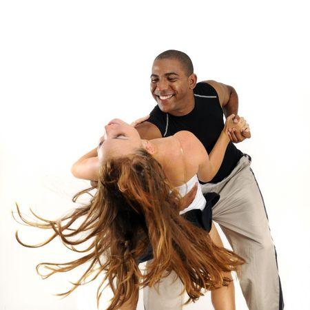 Portret van jonge latino instructeur dansen met meisje naar achteren leunt - geïsoleerd op wit