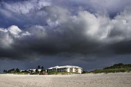 edificación: Una vista de la construcci�n de playa bajo las nubes de tormenta tropical