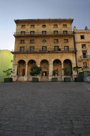 colonial building: Fachada de un edificio colonial en la plaza de la Habana Vieja, cuba  Foto de archivo