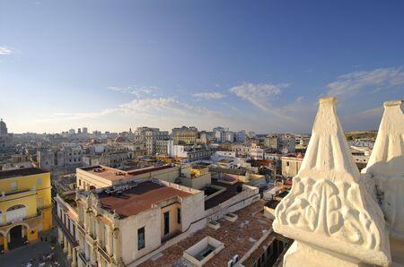 colonial building: Horizonte de la Habana vieja del edificio colonial vintage