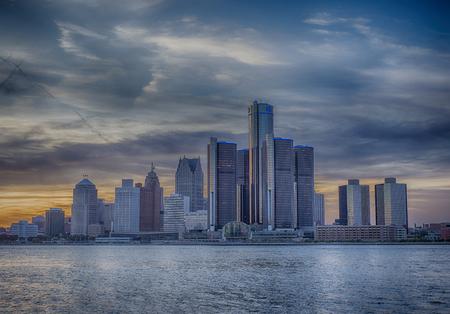 Een weergave van Detroit skyline bij zonsondergang met dramatische HDR-effect Stockfoto - 47342793