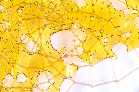 흰색 배경에 대해 격리 그물 패턴 맨 위에 대마초 기름 집중 일명 산산조로의 까이 서 스톡 콘텐츠 - 71535607