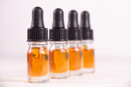 Macrodetail van druppelbuisje met CBD-olie, hennepextractie van de cannabis levende die hars op wit wordt geïsoleerd - medisch marihuanaconcept Stockfoto