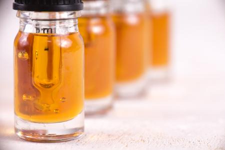 Detalle macro de cuentagotas con aceite de CBD, extracción de resina viva de cannabis aislado en blanco - concepto de marihuana medicinal