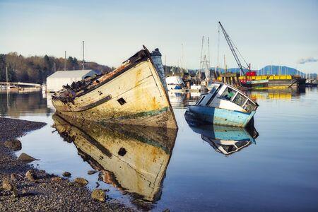 Vista del naufragio en el puerto deportivo de Ladysmith al atardecer, en Victoria Island, Columbia Británica, Canadá Foto de archivo - 90366314