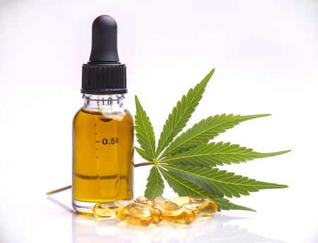Verschiedene medizinische Cannabisprodukte mit Blättern, Kapseln und CBD-Öl isoliert auf weißem Hintergrund