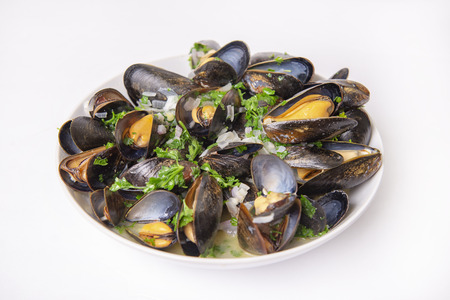 Plate of prepared fresh mussels with onion and parsley mignonette isolated over white background 免版税图像 - 125671237