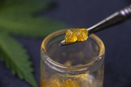 Makrodetail von Cannabiskonzentrat-Lebendharz, das aus medizinischem Marihuana auf einem Dabbing-Tool extrahiert wurde Standard-Bild