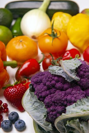 Assorted of fresh fruits and vegetables arranged in a rainbow color pattern over whiate background 写真素材 - 132048635