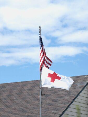 rood kruis: Vlag van de Verenigde Staten en Rode Kruis waait in de wind