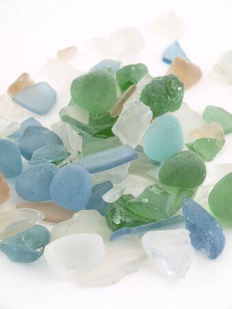 白色の背景上分離された様々 なブルーの色調でガラスのカラフルな石。 写真素材