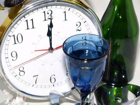 12:01 ガラスと緑のボトルを読んでクロック。 写真素材