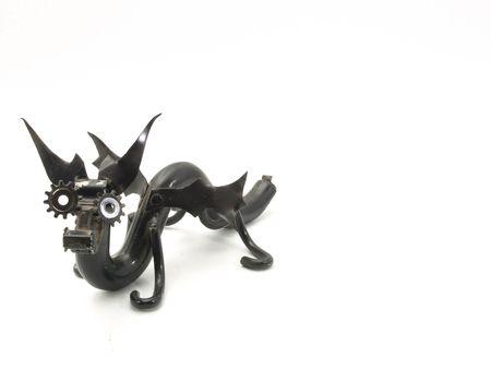 metal sculpture: Una scultura metallica di un drago di stile del serpente. Isolato su bianco. Fotografo detiene il copyright sulla scultura. Archivio Fotografico