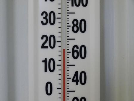 fahrenheit: Cerca de un term�metro de la pared. Temperatura Lee 17 grados cent�grados, 62 grados Fahrenheit.