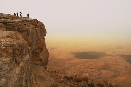 israeli: Acantilado sobre el cr�ter de Ramon en el desierto de Negev, en Israel. Foto de archivo
