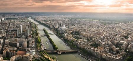 seine: Luchtfoto panoramisch uitzicht over Parijs en de Seine rivier gezien vanaf de Eiffeltoren in Parijs, Frankrijk.
