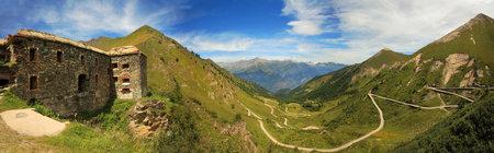 Panorama-Blick auf alte fortifacation und unbefestigte Straße tjrough das Tal in den Alpen, Italien.