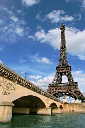 seine: Verticaal gerichte foto van Eiffeltoren en fragment van brug over de rivier de Seine in Parijs, Frankrijk.
